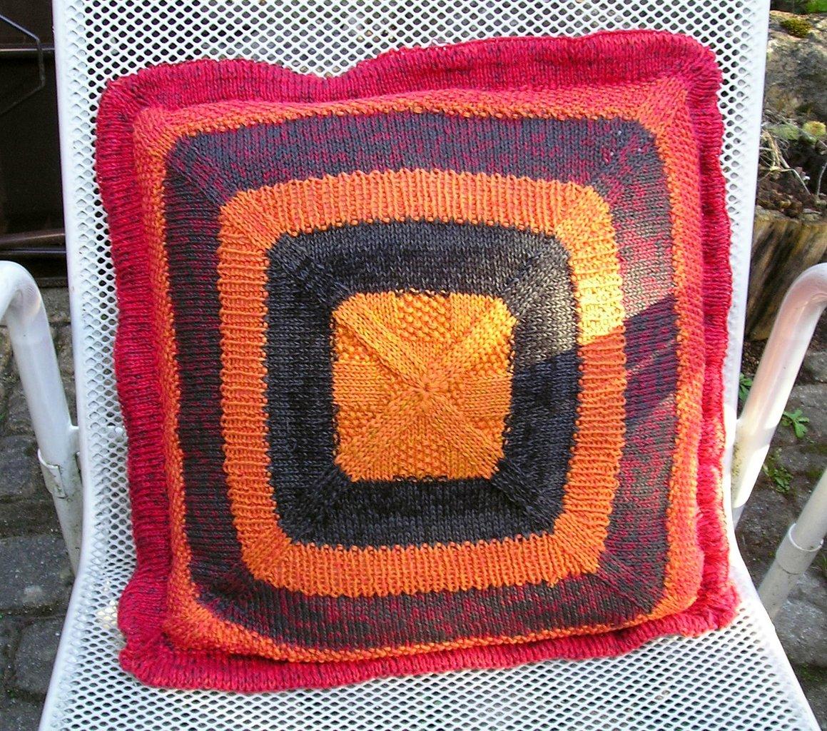 strickanleitung sofakissen geschachtelte quadrate. Black Bedroom Furniture Sets. Home Design Ideas